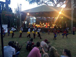 Das Programm startet folkloristisch. Ein Tanz, bei dem die Männer ihr Tanztalent unter Beweis stellen müssen. Sonst gibts kein Mädel!